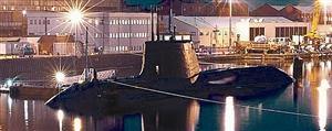 伏击号停泊在英国坎布里亚郡巴罗因弗内斯的码头,即将出航海试。