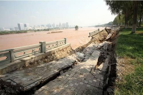 兰州黄河 兰州/黄河兰州段河堤再次垮塌。