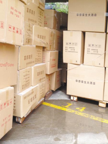 集士港一家酒店加工厂内堆放着许多高档肉脯宾馆的食品包装箱.猪月饼怎么选