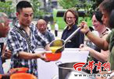 给流浪者送上包子稀饭或者菜汤时,是托尼最开心的时候