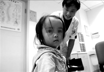 小姑娘在等待医生的检查。 本报记者徐晓帆摄