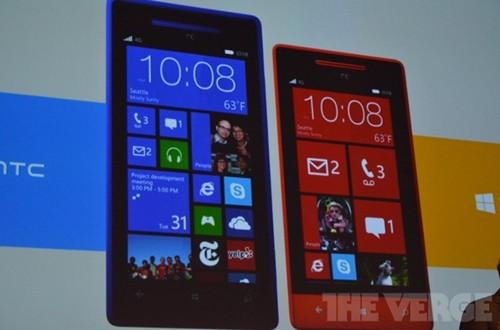 左为HTC 8X, 右为8S