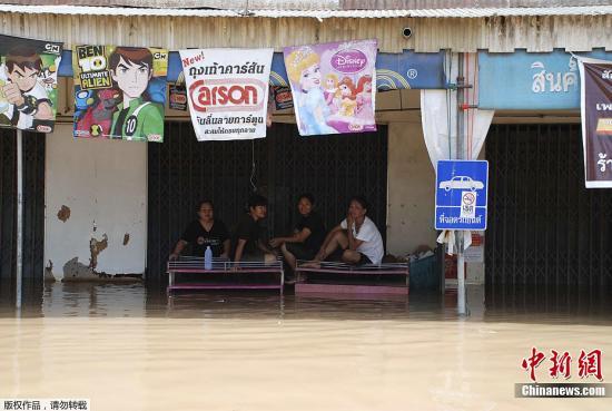9月12日,泰国北部地区暴雨天气导致素可泰府发生洪水,数千居民生活受到影响。曼谷大都会政府已经发布泰国首都可能会被洪水淹没的警告。图为当地时间9月12日,洪水受灾居民。