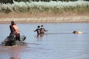 去年10月11日下午,救援人员在泰国北部清莱府清盛县的湄公河水域打捞出一具尸体,尸体手部被绑。此前,救援人员已经打捞起11具中国船员尸体。新华社发(资料图)