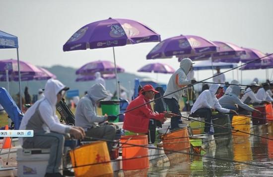 ...钓鱼比赛结束赛事.河南选手程爱民以884尾的成绩夺得手竿钓...