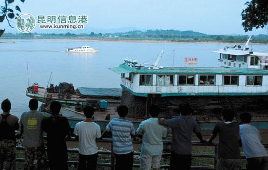 案发后,遇袭的中国货船停在湄公河上 资料图片