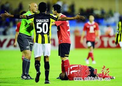 广州恒大队球员穆里奇(右一)在比赛中受伤,后因伤退出比赛。 新华社发