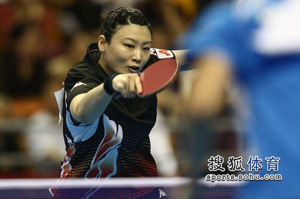 图文:女乒世界杯冯天薇VS姜华�B 姜华�B回球
