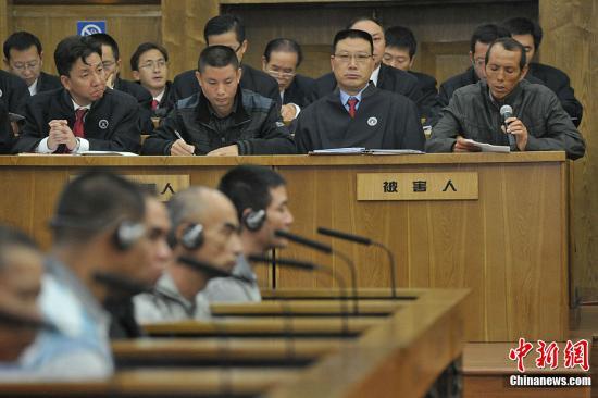 """9月20日,涉嫌策划制造湄公河""""10・5""""惨案的糯康等6名被告人,在昆明接受公开审判。图为庭审现场。中新社发 张浩林 摄"""