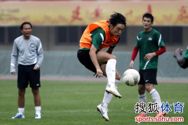 中超图:建业备战训练 小将王嘉楠巧妙停球