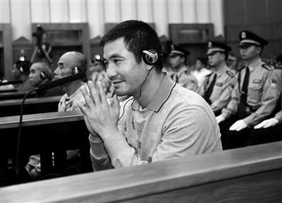 昨日,被告人糯康双手合十表示认罪并请求被害人家属的宽恕。新华社记者 王申 摄