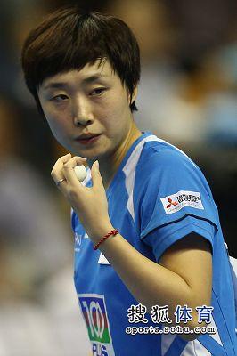 图文:女乒世界杯冯天薇晋级 冯天薇观察球路