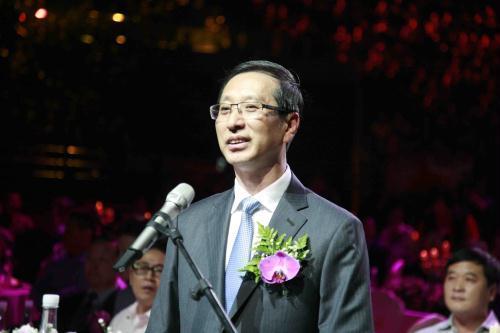 中央电视台台长胡占凡讲话并启动了标志会议开幕的激光按钮