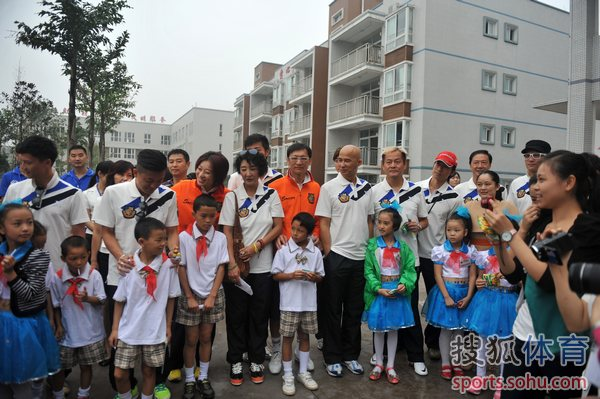 香港足球明星队福利院献爱心 陈百祥给力