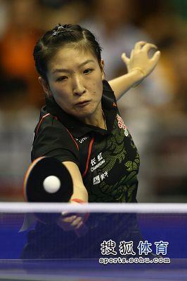 图文:女乒世界杯决赛赛况 刘诗雯网前防守