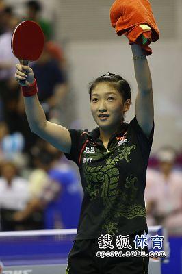 图文:女乒世界杯决赛赛况 刘诗雯致意观众
