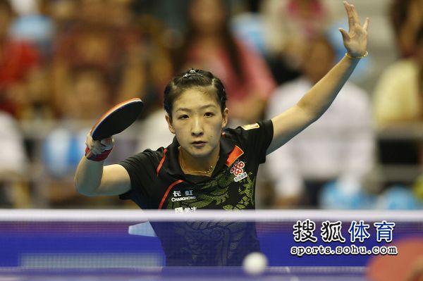 图文:女乒世界杯决赛赛况 刘诗雯进攻