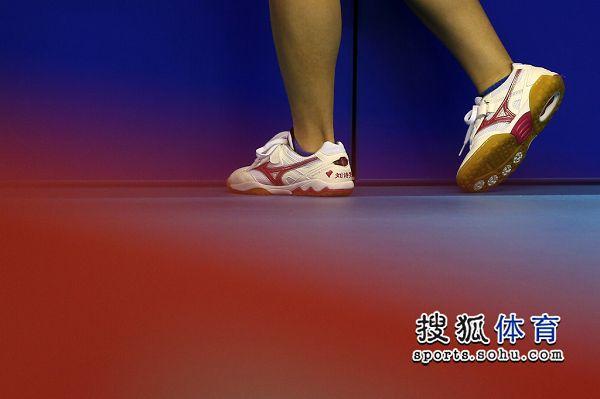 图文:女乒世界杯决赛赛况 猜猜这是谁的脚