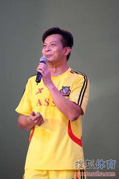 香港明星队助力慈善赛 陈小春张卫健献艺
