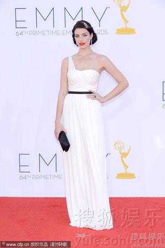 加拿大女星杰西卡-派尔(Jessica Pare)红唇白裙,宛若女神降临