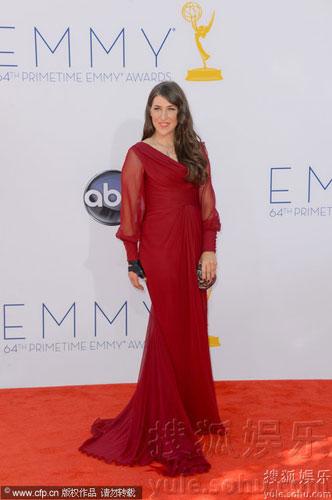 美国高学历女星马伊姆-拜力克(Mayim Bialik)红裙拽地