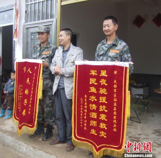 图为成都军区驻滇集团军炮兵旅官兵在拆除受损学校。石�⒂律�