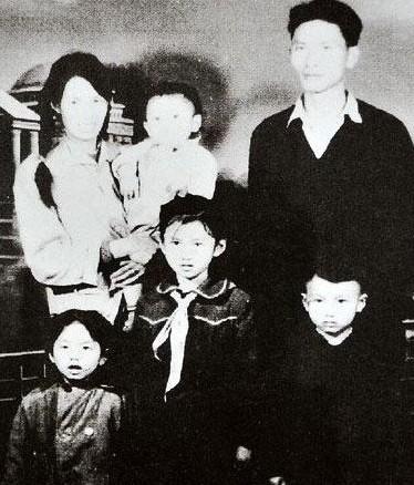 杨丽萍儿时与父母及弟妹的合影