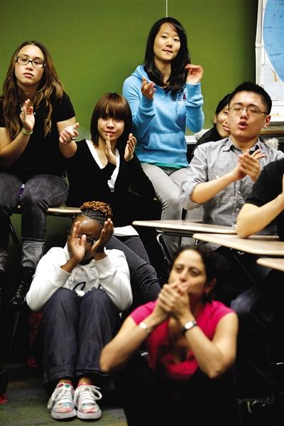 2010年5月,纽约一所高中的学生正在收看演讲直播。