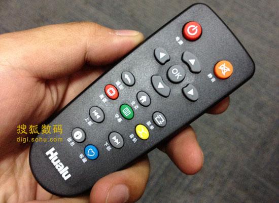 遥控器功能简单,彩色按键支持一些快捷操作