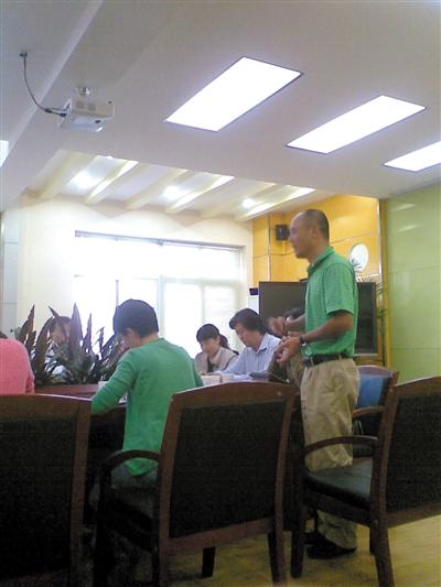 昨日,校领导和家长开会讨论解决方法,李明的父亲站起来发言。新京报记者 展明辉 摄