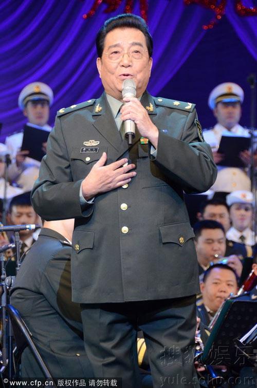 李双江与女弟子同台飙歌 当台牵手表情多变搞笑图片