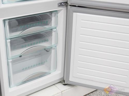 纯铝制板管式蒸发器,制冷快,结霜少,承重能力强达60kg。耐腐蚀,不生锈,食品安全无隐患。