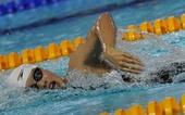图文:游泳全国锦标赛赛况 邵依雯在比赛中滑行