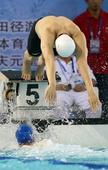图文:全国游泳锦标赛赛况 孙杨与对手交接棒
