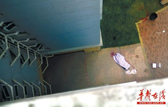 9月27日,长沙市开福区珠江花城小区桂苑6栋,陈敢给未婚妻发完最后一条短信,从自家12楼的天台跳下。记者 张浩 摄