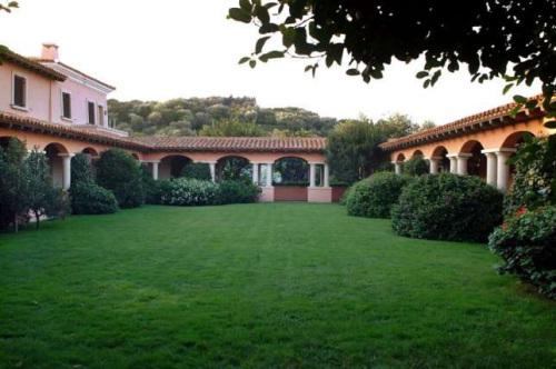 """资料图:贝卢斯科尼位于撒丁岛的""""切尔托萨""""别墅。"""