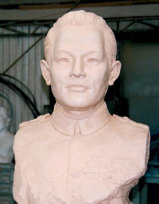 孙立人旧部属选在中秋前夕替老长官立铜像。台湾《联合晚报》