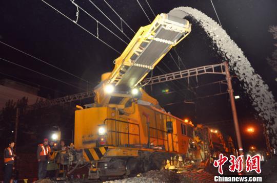 大型机械对铁路进行清筛,清除污土。梁崎摄