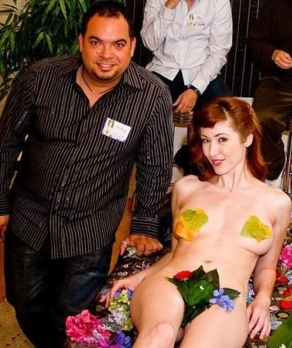 女人下身赤裸吸引外国游客