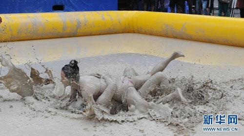湖南美女泥浆摔跤赛 海南女子泥浆摔跤大赛