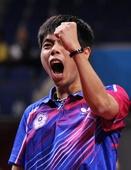 图文:男乒世界杯马龙0-4庄智渊 庄智渊握拳庆祝
