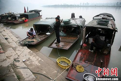 蓬安嘉陵江畔码头,打渔归来的渔船。高寒 摄