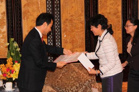 云南省民政厅王树芬厅长递交捐赠证书。云南省民政厅网站