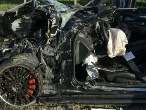 幻灯:德甲球星恐怖车祸现场 撞上重卡跑车报废