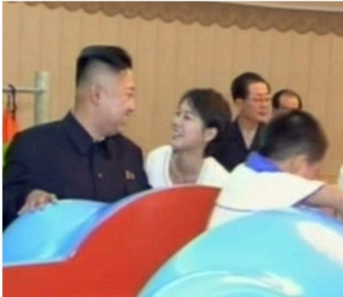 朝鲜总统金正恩和妻子李雪主-盘点各国首脑恩爱伴侣 奥巴马妻子人气