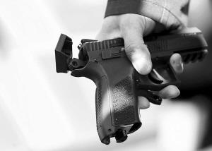 凶器是把类似软弹气枪游戏中使用的武器