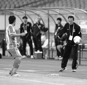 冈田非常渴望拿下昨晚的比赛,最后他甚至亲自跑去捡球,以便让比赛尽快重新开始。