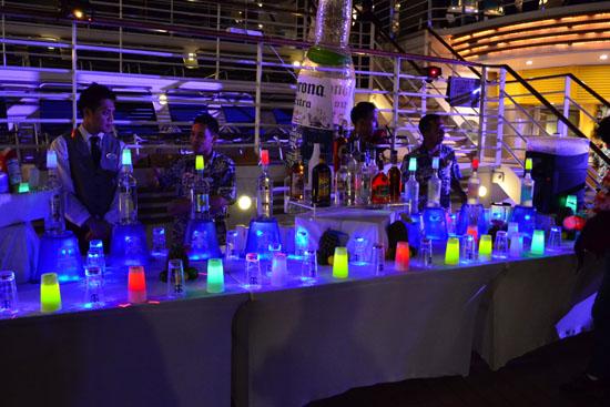 派对上具有梦幻色彩的酒杯
