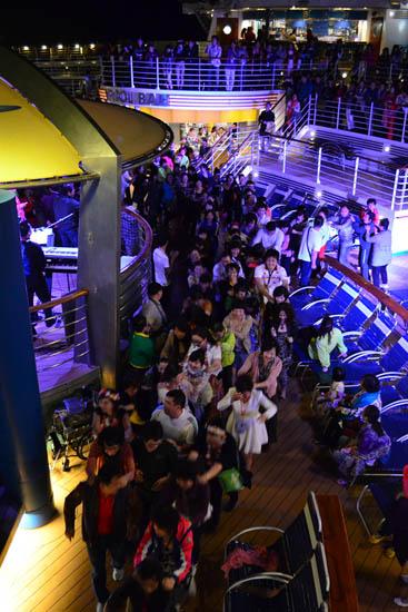 甲板派对欢乐的人群
