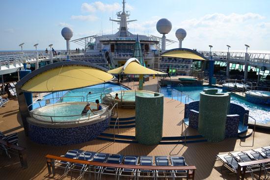 清晨的甲板游泳池